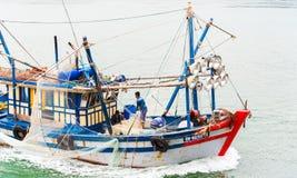 哈隆,越南- 2016年12月16日:在海湾的一个渔船 复制文本的空间 库存照片
