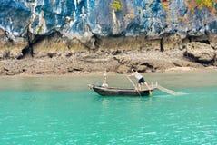 哈隆,越南- 2016年12月16日:在海湾的一个渔船 免版税库存图片