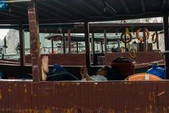 哈隆,越南- 2016年10月11日:一个人休息在小船里面 免版税库存图片