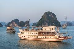 哈隆,越南- 2016年10月12日:在日出哈隆的巡航小船 库存图片