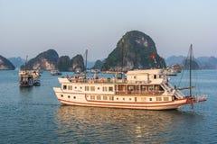 哈隆,越南- 2016年10月12日:在日出的巡航小船,哈隆 免版税库存照片