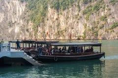 哈隆,越南- 2016年10月11日:巡航小船 免版税库存图片