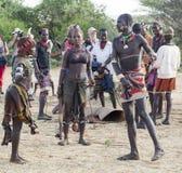哈马尔妇女在对公牛跳的仪式的一种准备被鞭打 图尔米, Omo谷,埃塞俄比亚 免版税库存照片