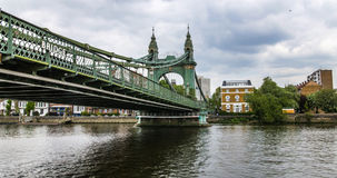 哈默史密斯桥梁在从泰晤士河的西部伦敦 库存照片