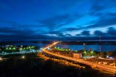 哈巴罗夫斯克桥梁的夜视图横跨阿穆尔河的 免版税库存图片