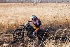 哈巴罗夫斯克,俄罗斯- 2016年10月23日:Enduro在fi的自行车车手 免版税图库摄影