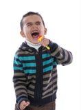 响亮地唱歌的小男孩 免版税库存图片