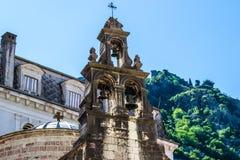 响铃和十字架在塔 免版税库存图片