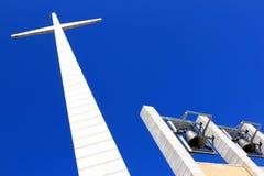 响铃和十字架在Padre Pio教会,意大利附近 免版税库存照片