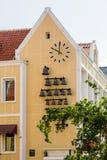 响铃和时钟在黄色库拉索岛教会 库存图片
