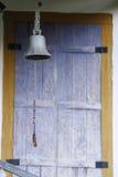 响铃和窗口在老房子里 库存图片