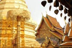 响铃和Wat Phrathat土井素贴佛教寺庙 库存照片