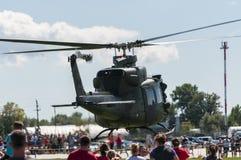 响铃哦1易洛魁族直升机离开 免版税库存照片