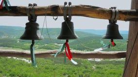 响铃在古老洞修道院里,位于山的峭壁 股票视频