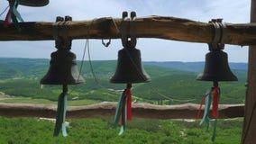 响铃在古老洞修道院里,位于山的峭壁 股票录像