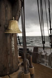 响铃在古老船甲板 图库摄影