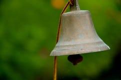 响铃在夏时的庭院里 库存图片