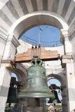 响铃在比萨塔顶部 免版税库存图片