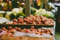 响铃果子在新鲜市场摊位的背景显示 免版税库存照片