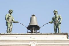 响铃由在15世纪修造的两个机器人使用了 图库摄影