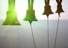 响铃的剪影在海的背景的 免版税库存照片