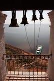 响铃的剪影在海的背景的 库存照片