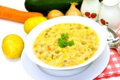 响铃绿色混杂的豌豆胡椒红色汤炖煮的食物veg 免版税库存照片