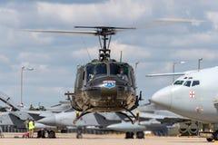 响铃UH-1H易洛魁族人Huey军用公共直升机G-HUEY 库存照片