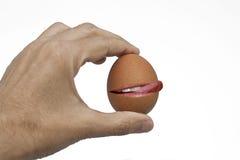 击响嘴唇的鸡蛋 库存图片