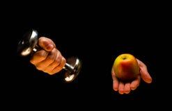 哑铃、苹果和卷尺 球概念健身pilates放松 在黑色背景 免版税库存照片