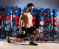 哑铃人在健身房的锻炼健身 免版税图库摄影