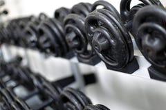 哑铃重量健身房 图库摄影