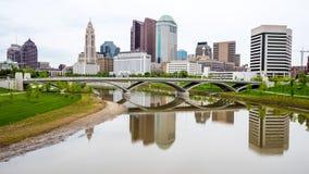 哥伦布俄亥俄地平线和反射与桥梁 免版税库存图片