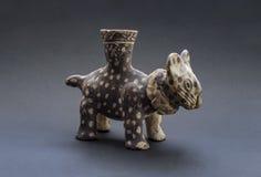哥伦布发现美洲大陆以前似猫的陶瓷叫的'Huaco'从Chancay 免版税库存照片