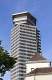 哥伦布房屋建设最高的(110米)建筑在巴塞罗那和第一个摩天大楼的中心在城市 免版税库存图片