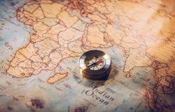 哥伦布日和世界地图与指南针 免版税库存图片