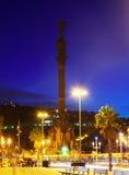哥伦布纪念碑夜视图。 库存照片