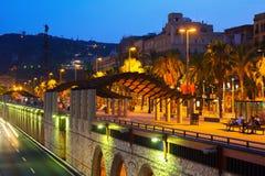 哥伦布雕象和堤防夜视图在巴塞罗那 免版税库存照片