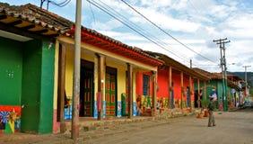 哥伦比亚五颜六色的农村街道 库存图片