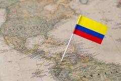 哥伦比亚在世界地图的旗子别针 库存照片
