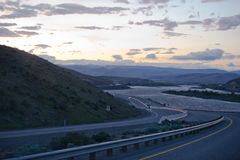 哥伦比亚峡谷有半的绕高速公路交换晚上交通 免版税库存图片