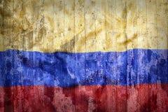 哥伦比亚旗子难看的东西样式在砖墙上的 免版税库存图片