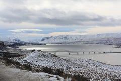 哥伦比亚河和有利桥梁冬天视图  免版税库存照片