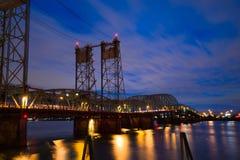 哥伦比亚河I-5结构升降吊桥在波特兰夜L 免版税图库摄影