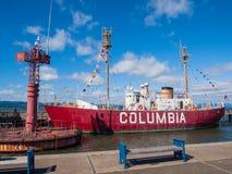 哥伦比亚灯塔船和现代航行浮体在Astoria Orego 库存照片
