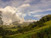 哥伦比亚的安地斯山的山由日落的光照亮了 库存图片