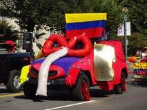 哥伦比亚的旗子和浮游物在游行 免版税库存图片