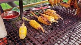 哥伦比亚的烤玉米,街道食物在波哥大哥伦比亚 一在街道的最地道和最鲜美的食物 影视素材