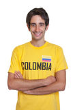从哥伦比亚的笑的人有看照相机的横渡的胳膊的 免版税库存照片