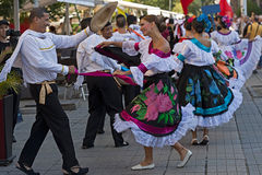 从哥伦比亚的Dancesr传统服装的 库存图片